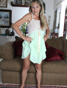 Lacey 52 Year Old Sienna from  Milfs30  Opening Up Her  Older Gams