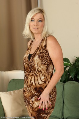 39 Year Old Michelle H from  Milfs30 Slips from Her Elegant Dress