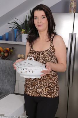 38 Yr Old  Brown Haired Fernanda Jerson  Opens Open in Kitchen